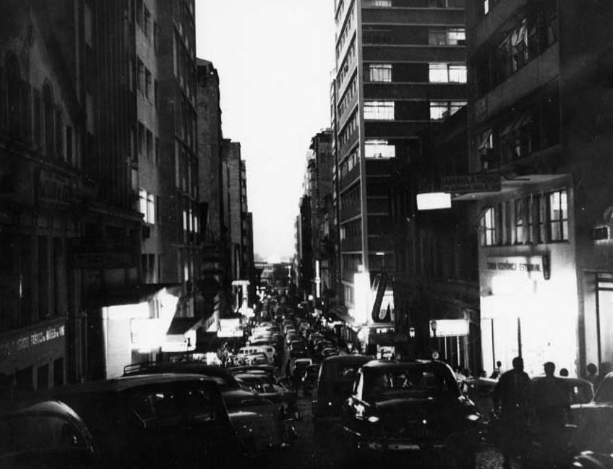 Entardecer na Rua da Praia, na década de 1960: fresta entre o passado e o presente (Leo Guerreiro e Pedro Flores/Acervo do Museu de Porto Alegre)