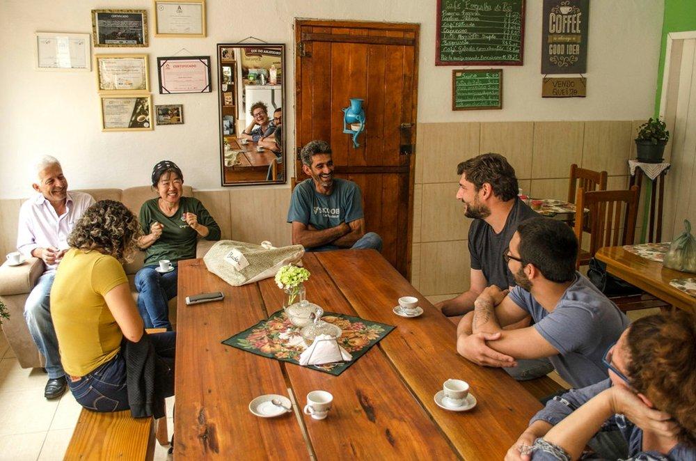 Uma vez por ano, Guert (de camisa preta, à dir.) e Margaret (no canto direito da imagem) visitam os produtores de café no Sudeste do País (Foto Daiana Dietzmann/Divulgação)