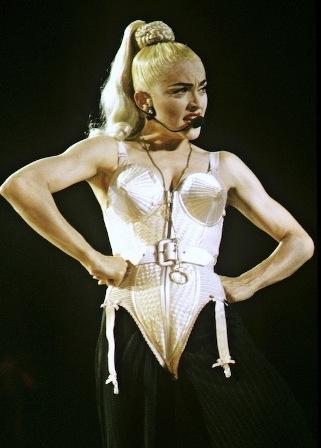 Madonna, com corset criado pelo estilista Jean-Paul Galtier, na turnê  Blond Ambition : postura insubmissa