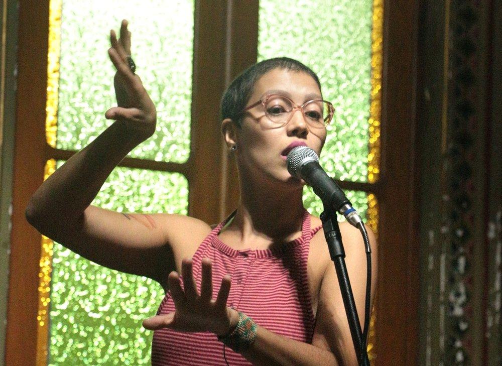 Paola Kirst em show há duas semanas no Chapéu Acústico, projeto da Biblioteca Pública do RS (Foto/Marcos Monteiro)