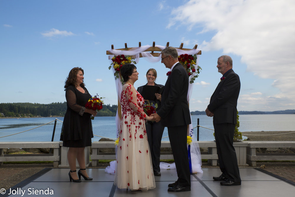 4 pm outdoor wedding ceremony in July at the Best Western Silverdale Beach Hotel, Silverdale, Washington