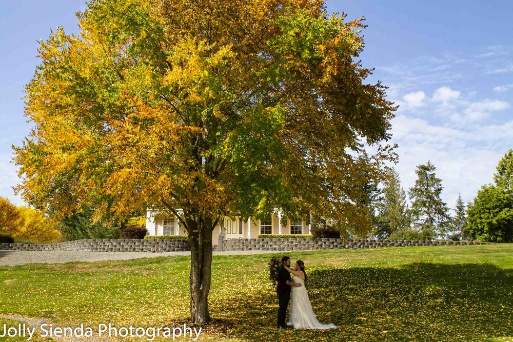 Autumn photojournalism wedding photography by Jolly Sienda Photography at the Jacob Smith House, Lacey, Washington.
