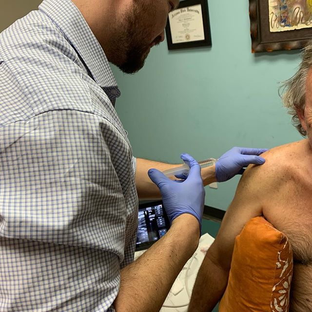 Dr Estrada doing prolotherapy on a patient with a shoulder injury. #naturopathicmedicine #prolotherapy ##painmanagement #regenerativemedicine #regenerativeinjectiontherapy #orianwellness