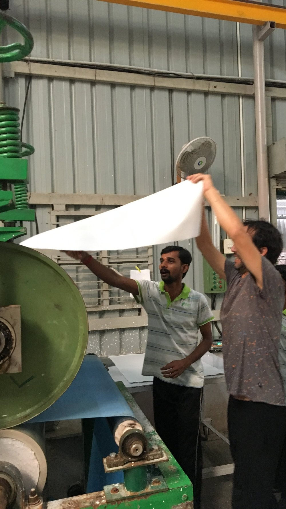 Unser Betriebsleiter Andi an der Papiermaschine |  Our operations manager Andi having fun with paper making