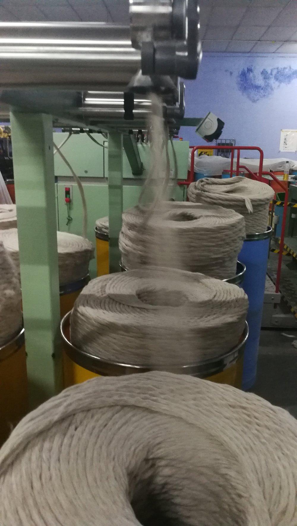 Dicke Fäden werden zu immer dünneren Fäden gesponnen |  Combed fiber being spun into thin yarn