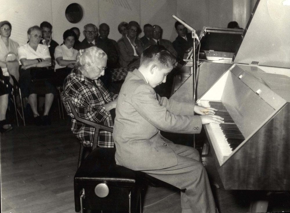 Concert lors de l'Exposition Universelle de Bruxelles avec sa professeure, Marianne Lauda