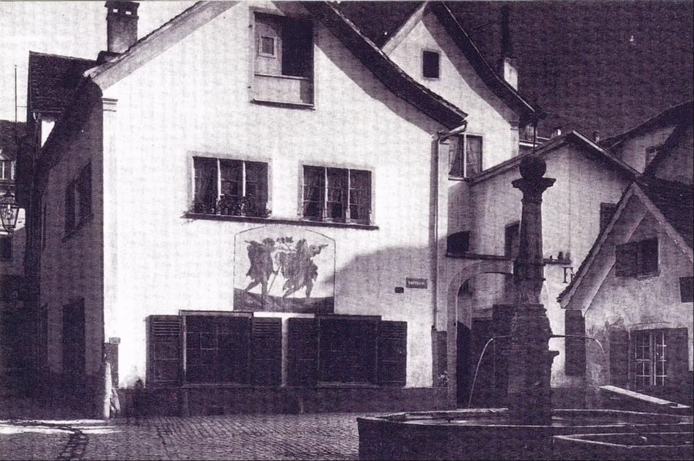 Tolles Foto vom Haus vor der Erhöhung um 2 Stockwerke Ende des 19. Jahrhunderts. Rechts vom Haupthaus, dort wo sich heute Eingang und Treppenhaus befinden, war seinerzeit noch ein offener Innenhof.
