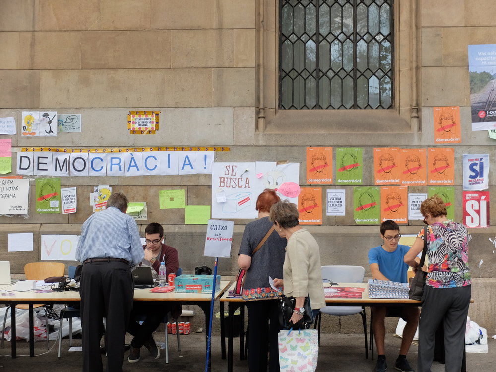 Pro-independentists distributing information on the referendum in Barcelona. Photocredit: Albert Han