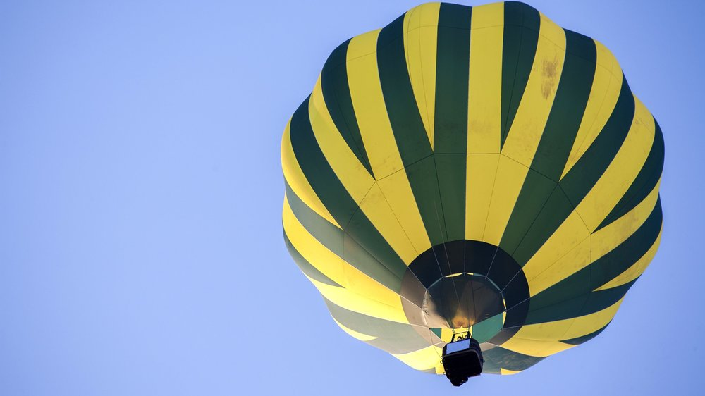 hot-air-balloon-on-sky_BDJZrGg_hGg.jpg