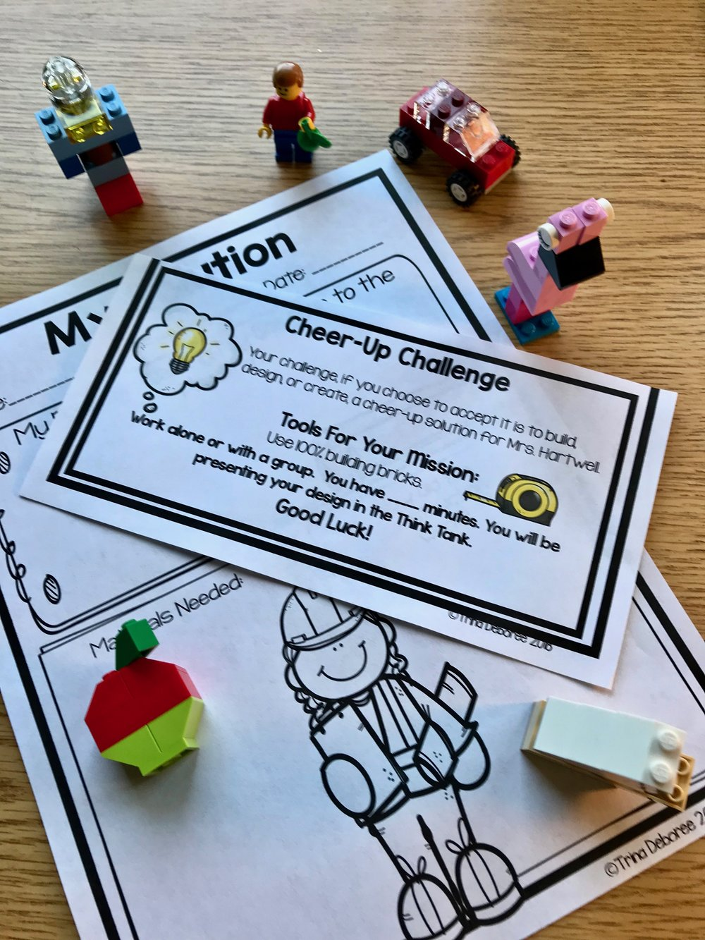 End-of-the-Year Makerspace is a great end of the year activity for kids. End the year with a final STEM/Maker activity and a look at vocabulary, asking and answering questions around text, central theme, and point of view.  #endofyearmakerspace #endofyear #lastdayblues #teachers #homeschool #endofyearactivity