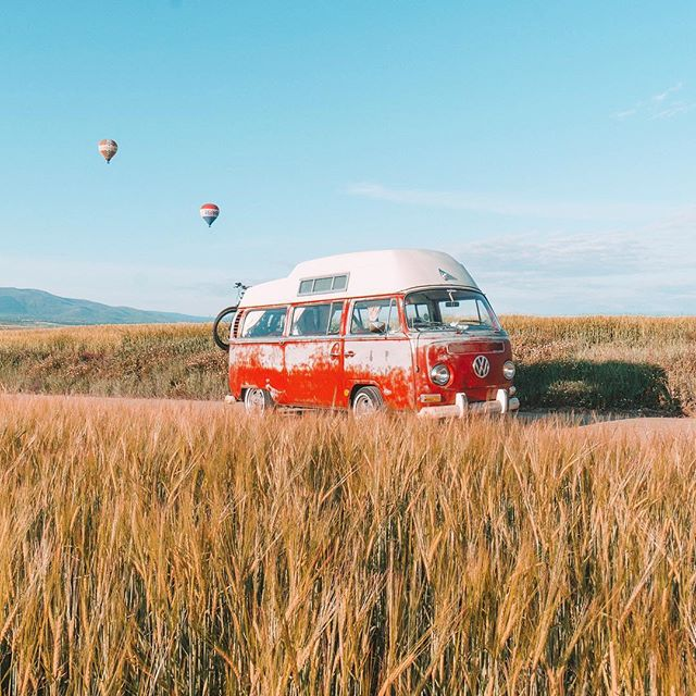 Moments like these are why we love Vanlife. Morning drive surrounded by hot air balloons 🎈 in Spain 🇪🇸