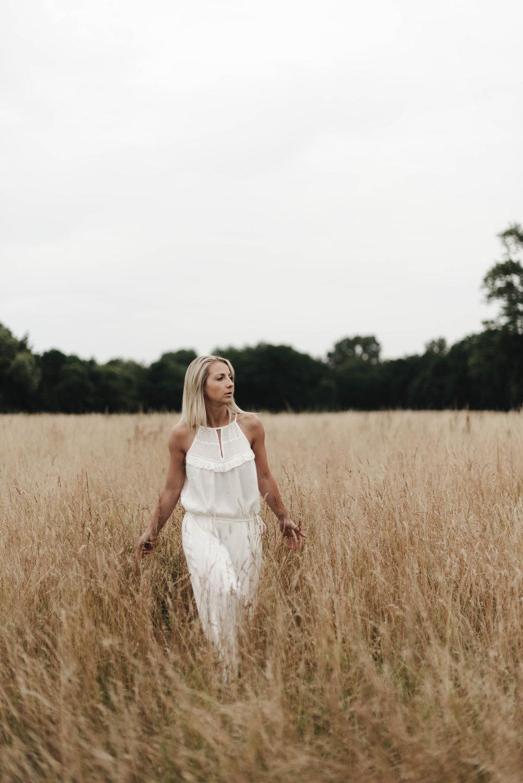 ANNE-CLAIRE - Lucile est une photographe exeptionnelle, qui retransmet la lumière et capte ces petits rien qui font de super clichés. elle met a l'aise tout de suite. 2 shootings pour ma part, et ravie.