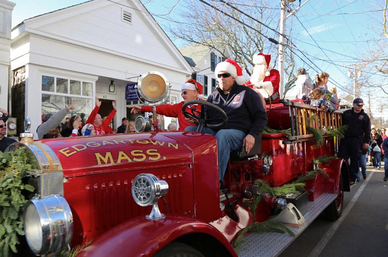 am_christmas_in_edgartown_parade.jpg