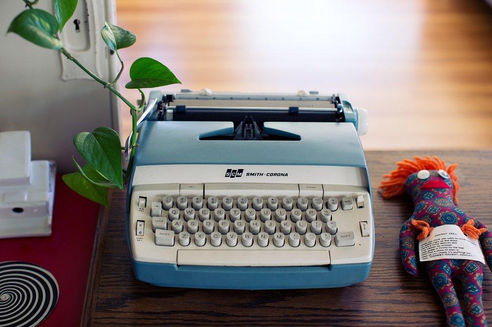 typewriter-2616762_1920.jpg