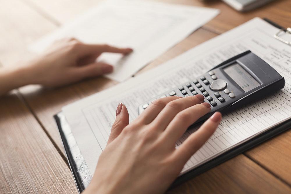closeup-of-woman-hands-counting-on-calculator-P5FSXNJ.jpg