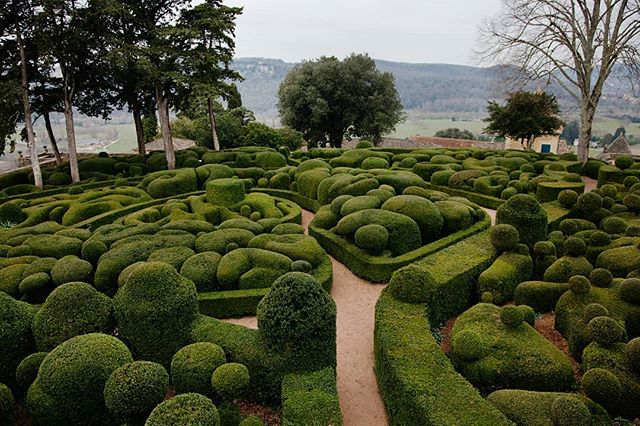 Exquisite Marqueyssac gardens that include 150 000 boxwoods, which are pruned using hand-shears twice a year. #hanginggardensofmarqueyssac #marqueyssacgardens #boxwoods #aquitaine #france #dordogne #dordognedepartment