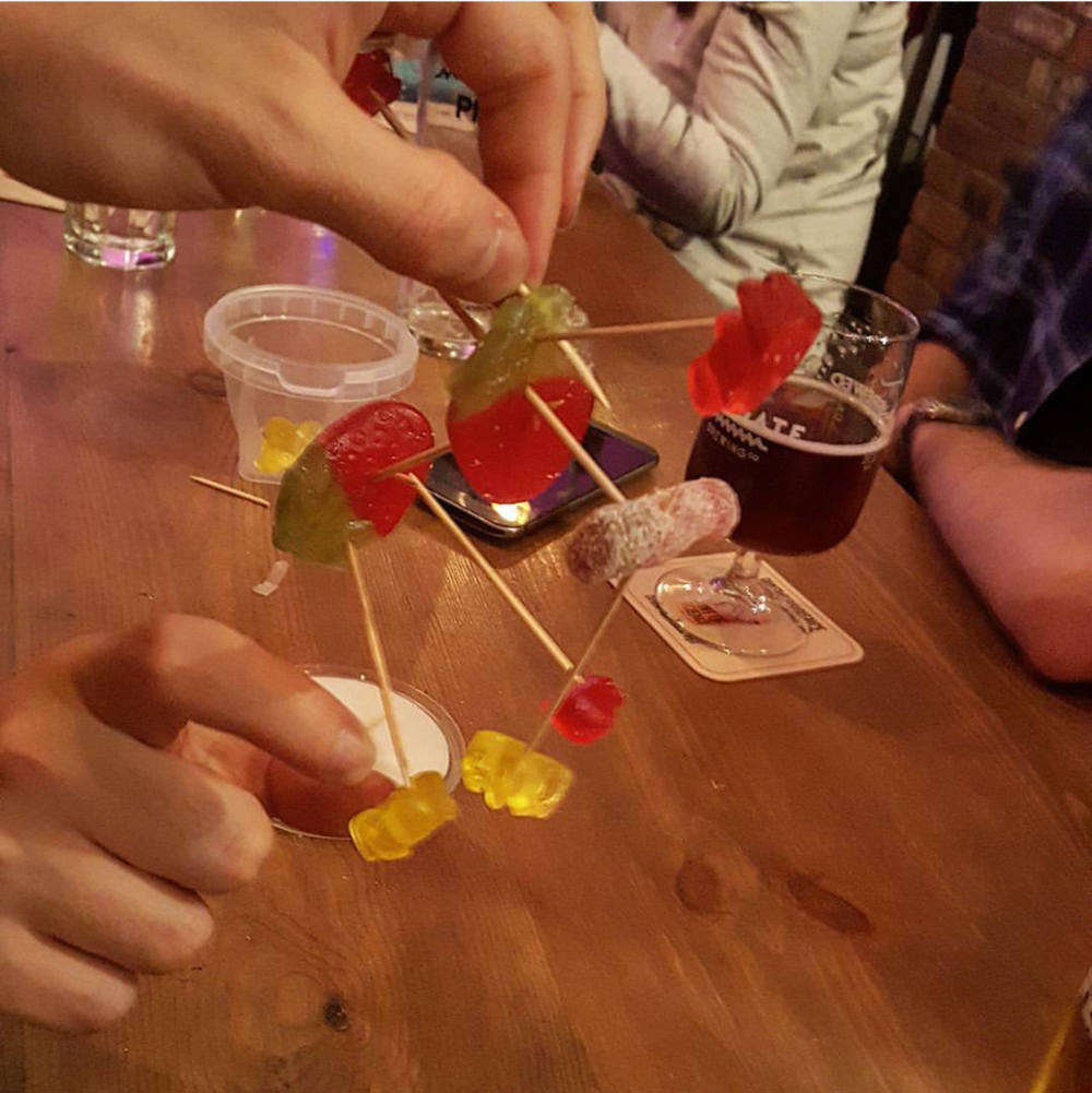 Making molecules out of gummy bears and cocktail sticks at Pint of Science (Photo Bianca Sala)