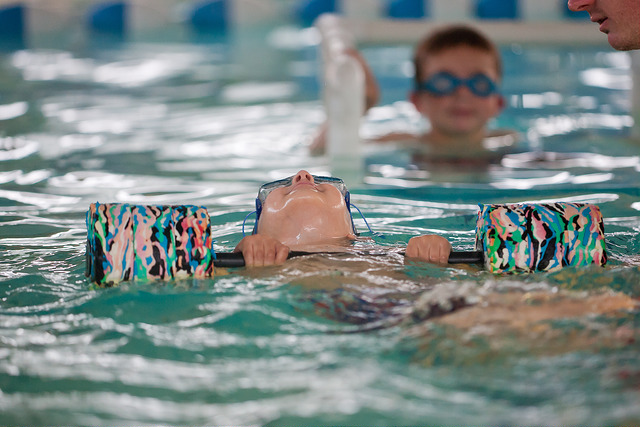 Plávanie - Hravou formou sa oboznámiť s vodným prostredím. Získať základy plaveckých zručností na elementárnej úrovni. Osvojiť si správnu techniku splývania a plaveckého dýchania. Získať zručnosť orientácie pod vodou a precvičiť sebazachraňujúce činnosti.Lektor: Mgr. Blanka Krajčovičová