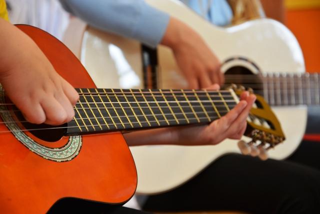 Hudobná škola Yamaha - Cieľom krúžku je prostredníctvom hudobno- pohybových cvičení vzbudiť u detí záujem a pozitívny vzťah k hudbe. Deti si osvoja používanie detských hudobných nástrojov a improvizáciu pohybu. Zároveň si osvoja aktívne počúvanie a prežívanie hudby.Lektor: Ing. Zuzana Mrázová