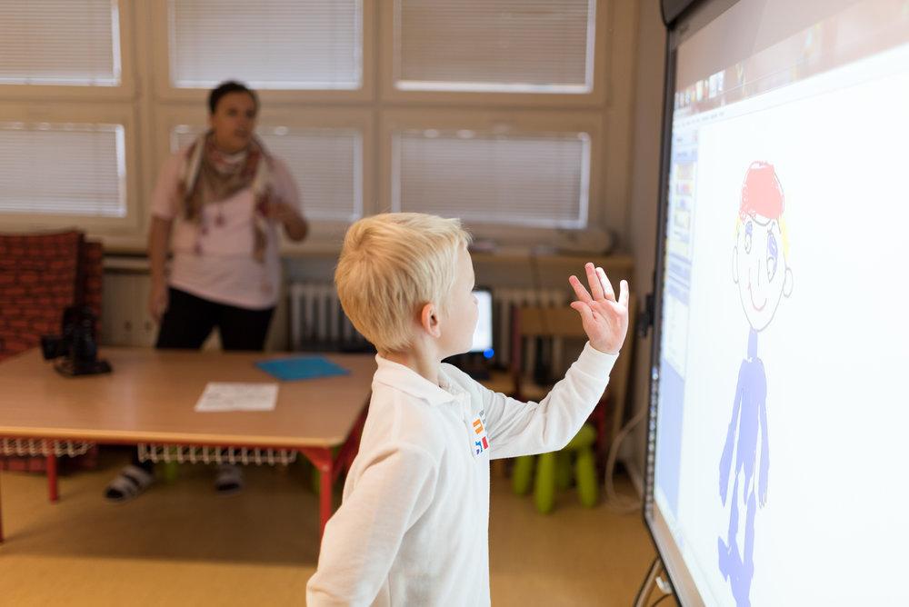 Vybavenie - Materská škola je vybavená pomôckami, ktoré rešpektujú špecifiká detskej práce, zvládnutie okolitého sveta dieťaťom, rozvoj zmyslov u detí, matematických predstáv a zmocňovania sa vedomostí okolitého sveta od konkrétneho uchopenia k abstraktnému pochopeniu. Tiež máme možnosť práce so špičkovou technikou – počítačmi a interaktívnou tabuľou.