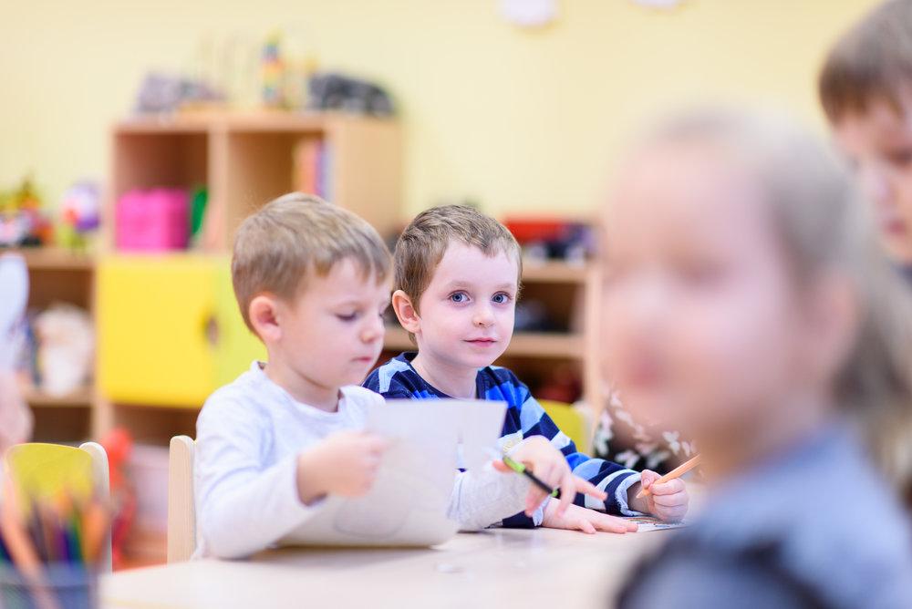 Bilingválne vzdelávanie - V našej MŠ sme zabezpečili prostredie, v ktorom jedna učiteľka v triede komunikuje v slovenskom a druhá v anglickom jazyku. Takto vieme zabezpečiť rovnocenný verbálny rozvoj detí v dvoch jazykoch.