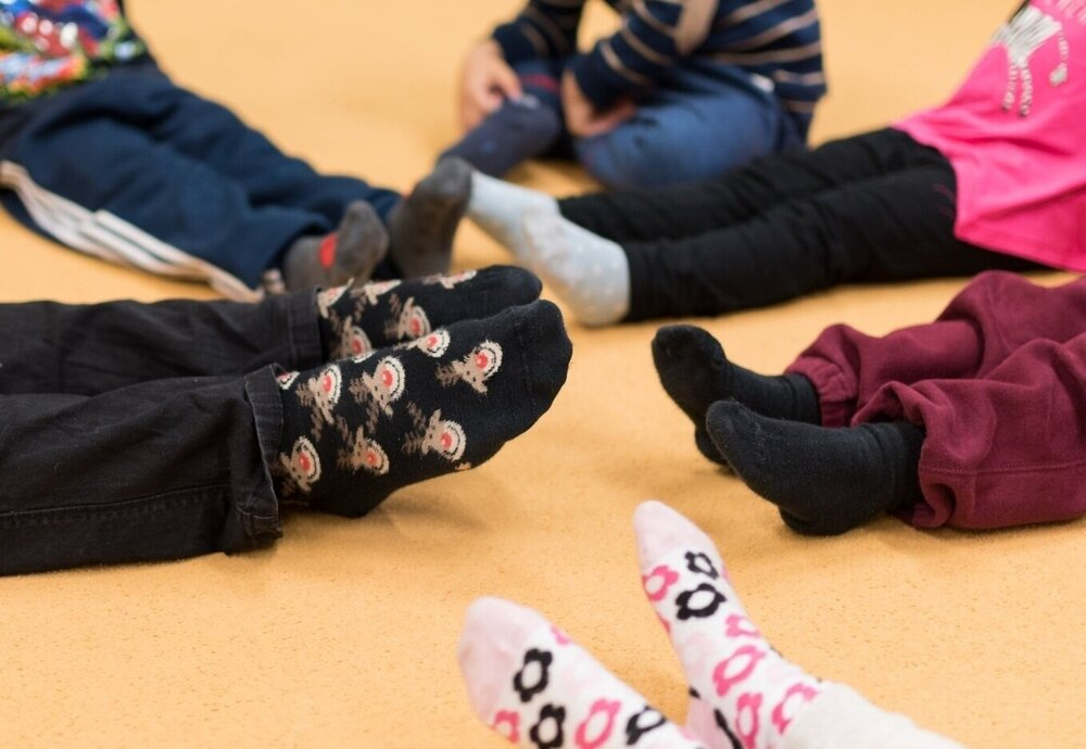 Cvičenie proti plochým nohám - Prostredníctvom zábavných hier sa zamerať na prevenciu proti plochým nohám. Cvičením zosilniť svalstvo chodidiel, nôh, koordináciu celého tela a prirodzene otužovať organizmus. Vzbudiť u detí záujem a pozitívny vzťah k pohybovým aktivitám.Lektor:Kristína Hromadová, PaedDr. Veronika Pukancová, Mgr. Kristína Drábiková, Mgr. Barbora Martinkovičová, Bc. Lucia Madarová