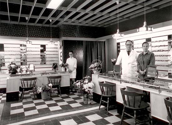 Oculuksesta tuli nopeasti monen tamperelaisen ja kauempaakin tulevan lasientarvitsijan liike, - ja jo vuonna 1968 Näsilinnankadun liiketila kaksinkertaistettiin kun naapurista vapautui huoneisto. Remontista jäi lattiaan muistoksi valkoinen viiva vanhan ja uuden tilan välille. Liiketilan avajaisten kunniaksi kuvassa poseeraavat Jürgen ja Faina Schwenson sekä Anne Mäkelä.Moniteholinssit tulivat Suomeen samaan aikaan kun Oculusta perustettiin, ja optikko Schwenson olikin ajan hermolla. Oculuksesta toimitettiin moniteholaseja asiakkaille ensimmäisenä vuonna enemmän kuin Suomen optikot yhteensä. Samalla periaatteella Oculuksessa vielä tänäkin päivänä perehdytään optisen alan innovaatioihin.Jürgen Schwenson hoiti Oculusta aluksi yksin, sitten mukaan tuli oppipoika hiojaksi ja myyjä. Schwensonien neljästä lapsesta yksi sai kipinän alaan, ja Bernd-poika valmistui optikoksi vuonna 1983. Valmistumisen aikaan optisen alan uusia asioita olivat näyttöpäätelasit ja työnäkeminen, ja tästä nuorempi Schwenson kiinnostuikin niin, että alkoi tehdä työterveysammattilaisten kanssa yhteistyötä parhaiden näkemisen ratkaisujen löytämiseksi. Bernd Schwensonia voidaan pitää yhtenä työnäkemisen pioneereista, sillä asiaan on ruvettu kiinnittämään kunnolla huomiota vasta parikymmentä vuotta myöhemmin.
