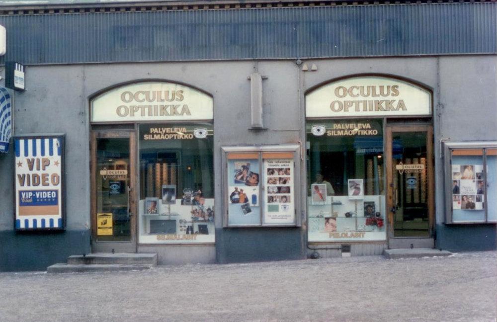 Vuonna 1986 juhlittiin ensin yrityksen 25-vuotista taivalta, - jonka jälkeen koitti muuton aika kun Oculus Optiikka muutti Näsilinnankadulta Hämeenkadun puolelle, niin sanottuun Kymmenenmiehen taloon. Jürgen Schwenson totesi vuonna 1992, että 44 vuotta optiikan parissa saa riittää, ja sukupolvenvaihdos Oculuksessa toteutettiin heti seuraavan vuoden alussa. Uudistuksia riitti seuraavan kerran elokuussa 1997 kun Hämeenkadun liiketilaa laajennettiin viereisen huoneiston vapauduttua. Remontin myötä Oculuksen tiloihin muutti myös Hatanpään valtatieltä Tampereen Silmälääkärikeskus, jonka kanssa yhteistyö on edelleen voimissaan.Bernd Schwenson kiinnostui jo opiskeluaikoinaan yhteisten asioiden hoitamisesta. Oppilaskunnan touhut vaihtuivat oman alan lainsäädäntöä ja koulutuspolitiikkaa koskevien asioiden hoitoon niin kotimaassa kuin kansainvälisestikin. Luottamustehtävien määrä onkin mittava: Suomen Silmäoptikoiden Liiton puheenjohtaja, Pohjoismaiden Optikkoneuvoston presidentti, Euroopan Optiikan ja Optometrian neuvoston presidentti ja Maailman Optikkoliiton hallituksen jäsen.
