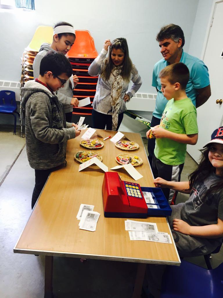 Os alunos aprendem sobre moeda no Brasil e palavras em português por dinheiro.