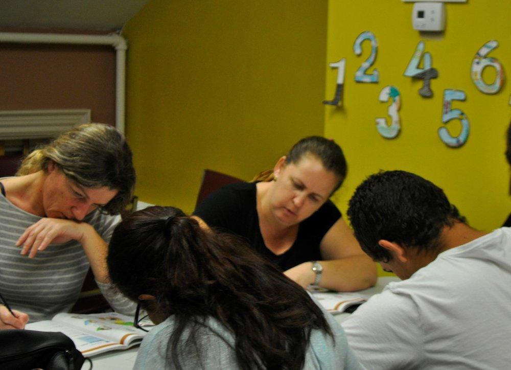 Alunos da classe de Marlborough ESOL trabalhando em uma atividade. Foto de Elizabeth Kholer.