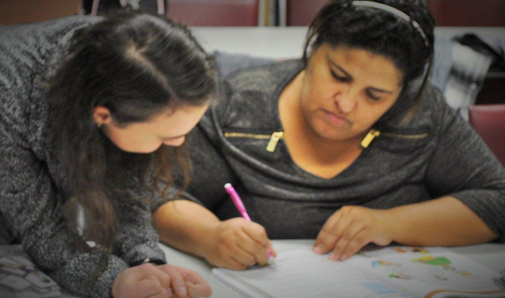 A nossa estagiária Hannah Field do Life Together trabalhando com uma aluna durante uma das aulas regulares do programa English Plus em Marlborough, MA. Foto de Elizabeth Kohler.