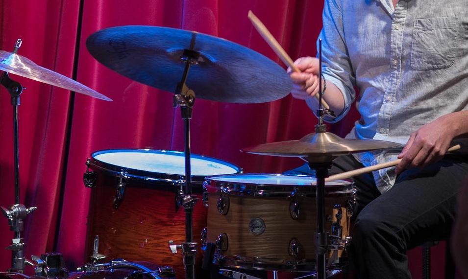 claudio palomares - batteur, auteur et érudit, né au mexique. il a fait des tournées et enregistré avec plusieurs artistes primés à montréal et dans le monde entier. il a étudié la composition et les études culturelles à l'université mcgill et a obtenu un doctorat en études hispaniques de l'université de toronto. il a publié un roman et enseigne actuellement des cours de littérature et de culture à l'université queen's. il a cofondé ecos de portoalegre (2004-2010), un groupe de jazz latino-américain engagé. il demeure un musicien actif dans la scène montréalaise et partage son temps entre montréal, toronto et kingston.