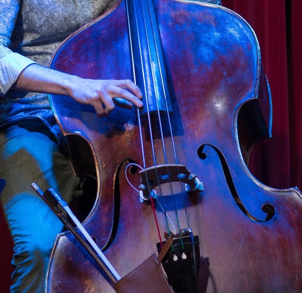 olivier hébert - arrangeur et multi-instrumentiste (contrebassiste, tromboniste), olivier est titulaire d'un Baccalauréat (interprétation Jazz à l'Université de Montréal, Bourse Couleur Jazz, mai 2008). Il obtient l'année suivante un Diplôme d'Études Supérieures Spécialisées (D.E.S.S. Université de Montréal décembre 2009) en répertoire d'orchestre.comme arrangeur, Olivier a orchestré le concert conjoint de Misteur Valaire et de l'Orchestre Métropolitain sous la direction de Yannick Nézet Séguin (octobre 2014). Au cours de sa carrière, il a aussi signé des arrangements pour différents artistes, notamment Patrick Watson, Koriass, Dramatik, Jérôme Dupuis-Cloutier, Fanny Bloom.il accumule parallèlement de l'expérience comme instrumentiste en orchestre ainsi qu'en petite formation jazz auprès d'artistes variés, notamment Klô Pelgag, Sarah Toussaint-Léveillé, Jacques Kuba-Séguin, Brigitte Boisjoli, Kleztory, l'Orchestre de l'Université de Montréal, Grüvn Brass, Papagroove, l'Orchestre de l'Agora.