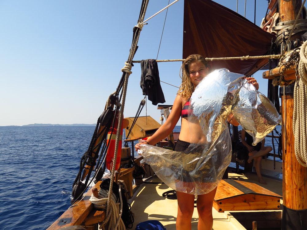 """EDUCACIÓN Y ESCUELAS - Durante el verano llevamos a cabo un programa de """"piratillas"""" para peques y familias, creando conciencia sobre los desechos marinos y la ciencia oceánica. Durante el curso escolar, nos ponemos en contacto con escuelas de toda España para tratar temas clave de conservación."""
