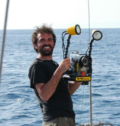 Lorenzo Bramanti - Biólogo marino e investigadorEn 2004, Lorenzo terminó su doctorado en Ecología Marina por la Universidad de Pisa. Su tesis estuvo enfocada en la conservación y dinámicas poblacionales del coral rojo del Mediterráneo (Corallium rubrum). Continuó con un post-doctorado de investigación en el Mediterráneo y áreas tropicales, incluyendo Taiwán, Islas vírgenes de EEUU, Polinesia francesa y Djibouti. En 2005 trabajó como científico para el observatorio oceánico CNRS en Banyuls-sur-mer. Desde 2011 Lorenzo forma parte del equipo de Alnitak a bordo del Toftevaag y en nuestro programa de Áreas Marinas Protegidas (AMP) en Djibouti. Su trabajo se centra en el desarrollo de predicciones y modelos de desarrollo poblacional, principalmente de corales, además de ayudar con la gestión y el diseño de AMP colaborando con la Agencia Francesa de Áreas Protegidas Marinas (FMPAA)