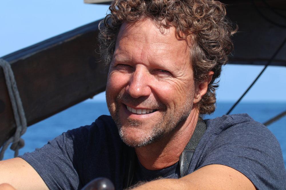"""Ricardo Sagarminaga Van Buiten - Investigador Principal y fundador de AlnitakRic tiene más de 25 años de experiencia trabajando en proyectos de conservación. En 1984, decidió combinar su pasión por la navegación en veleros clásicos (conocidos como """"Tall ships"""") junto con la conservación de la biodiversidad marina y especies en peligro. Su trabajo se enfocó en la monitorización de grandes depredadores y especies en peligro para un mejor diseño y gestión de áreas marinas protegidas. En 1989, fue el cofundador de Alnitak como centro de investigación y educación con la intención de trabajar con estrategias de innovación medioambiental basadas en la participación ciudadana y una educación activa acercando así el mundo de la conservación al público en general. Además, Ric fue uno de los fundadores de la Sociedad Española De Cetáceos, dedicada a la protección de los mamíferos marinos, junto con KAI Marine Services que proporciona consultoría científico-técnico para la administración, combinando crecimiento económico y conservación de los océanos. Como resultado de sus exitosos esfuerzos por la conservación, Ric ha sido premiado como emprendedor social por ASHOKA en el año 2014 gracias a su trabajo con pesquerías y comunidades costeras en el Mar Mediterráneo, en África y América Latina.ric@alnitak.org"""