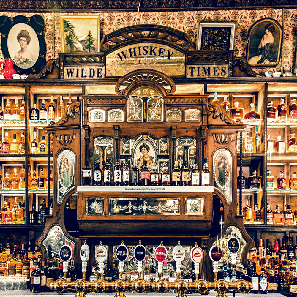 Oscar Wilde also has a standing whiskey bar, offering a wide range of whiskeys and beers.