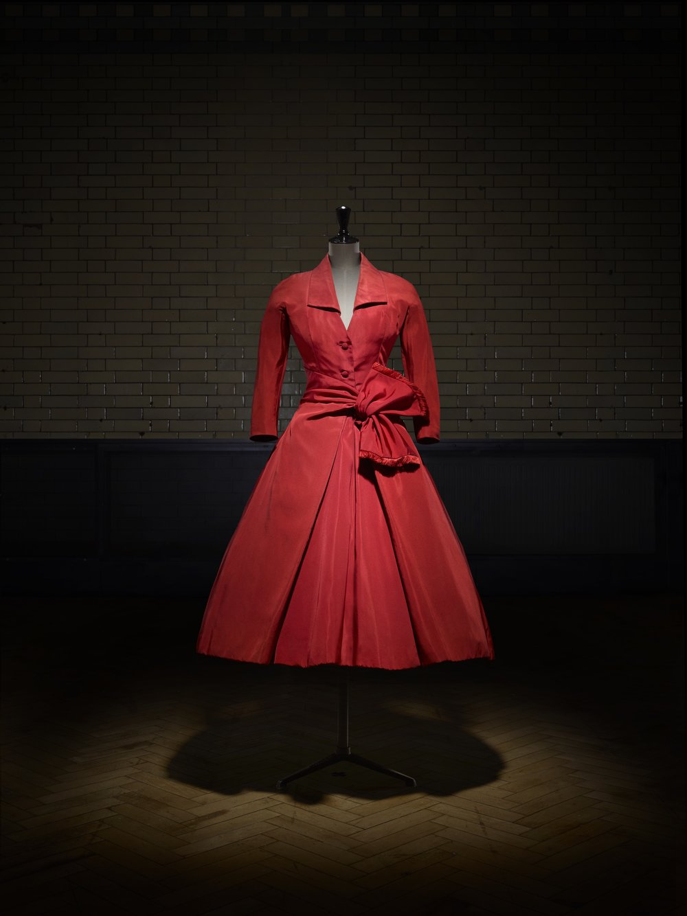 Écarlate afternoon dress, Autumn-Winter 1955 Haute Couture collection, Y line. Victoria and Albert Museum, London. Photo © Laziz Hamani.