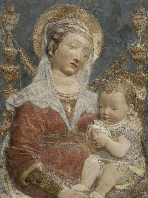 D'après Antonio Rossellino (1427-1479), La Vierge et l'Enfant Madone aux candélabres), Stuc peint, Paris, Musée du Louvre, département des Sculptures, Camp 20 © RMN-Grand Palais
