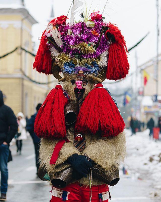 Diversitatea costumelor pe care o gasim in zona Maramuresului ne poate spune foarte multe despre creativitatea localnicilor 😊