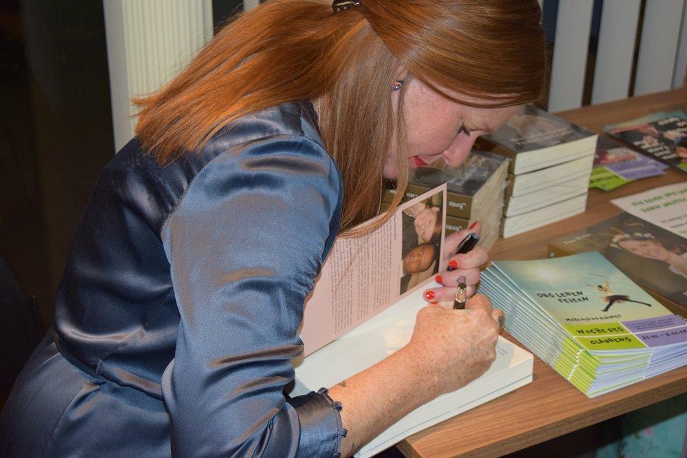 Beim signieren - ich liebe es eine persönliche Ermutigung ins Buch zu schreiben!