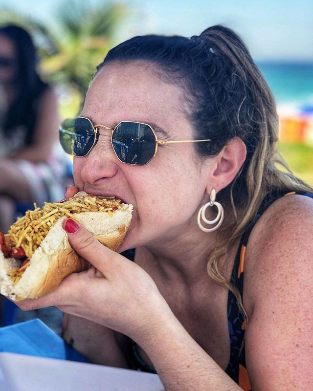 🤟Nada como el fαѕт fσσ∂ local ✌️ *Pancho con queso, papas pai, tomate y mayonesa. —— #hotdog #foodiesuruguay #riodejaneiro #ipanemabeach #panchovilla #braziliangirl