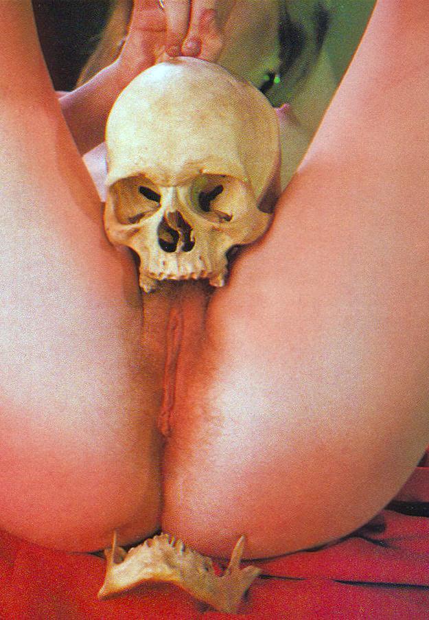 reverse-skull-fucking-labia
