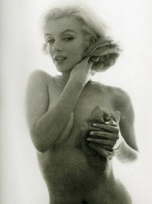 Marilyn Monroe Bert Stern 1962 roses 1.jpg