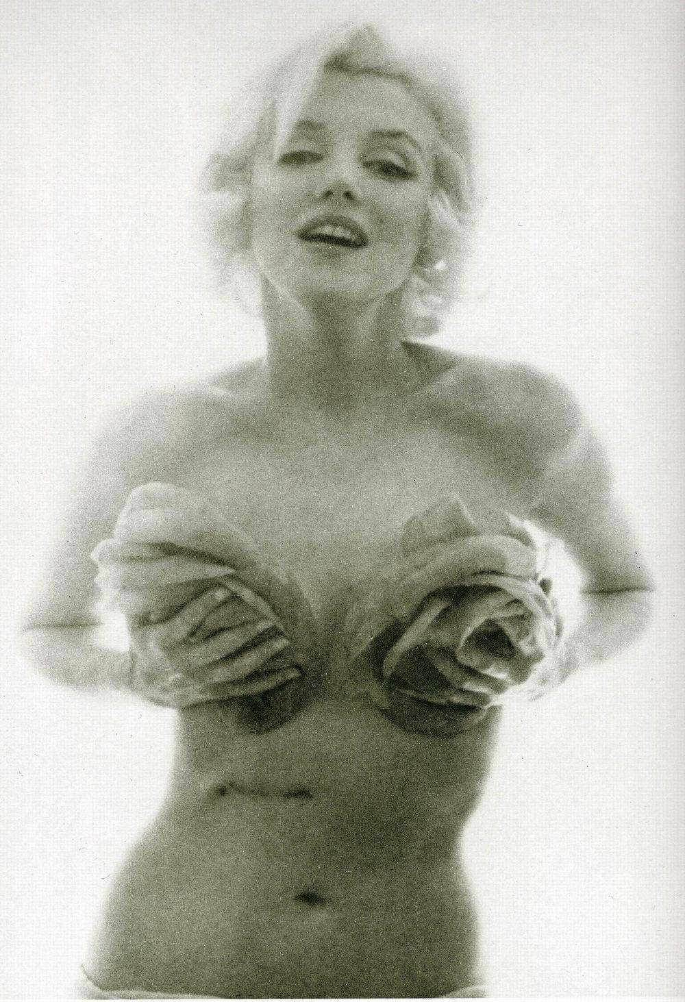 Marilyn Monroe Bert Stern 1962 roses 2.jpg