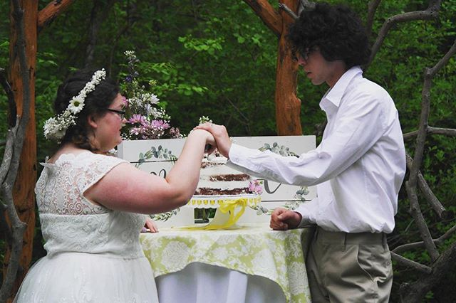 Living for these adorable pictures of Nikki and Charlie cutting into their cake on their wedding day this past May. 🌸❤️ We are now booking for winter and spring weddings! Email now to get started! Links in bio ☝️☝️
