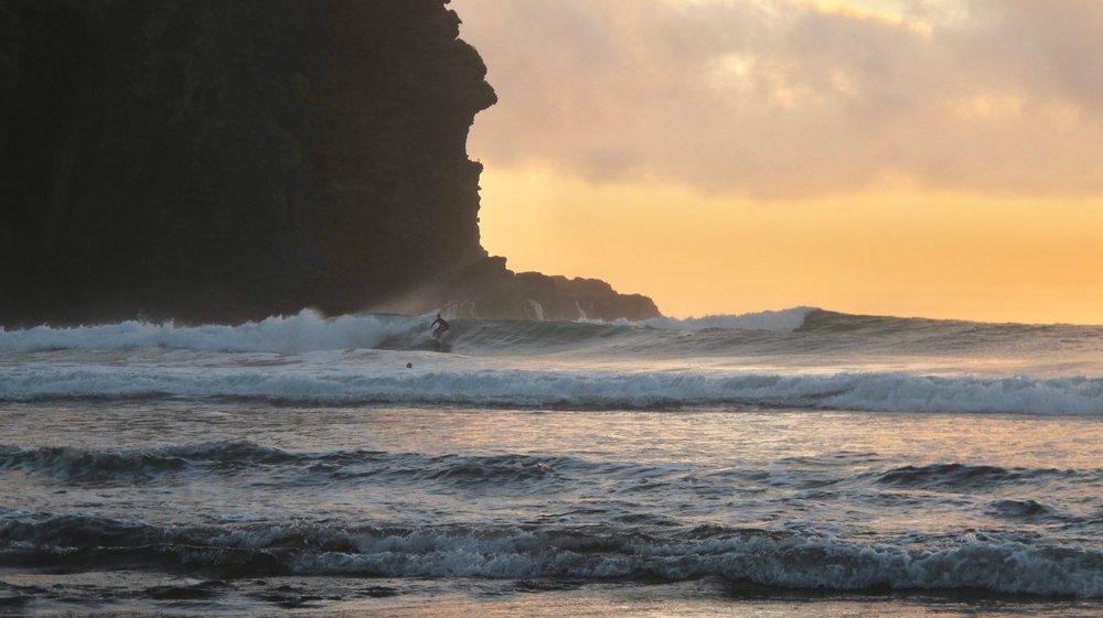 Surfing in Piha - New Zealand