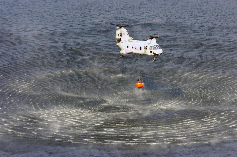CH-46E_refilling_a_Bambi_bucket_20071026.jpg