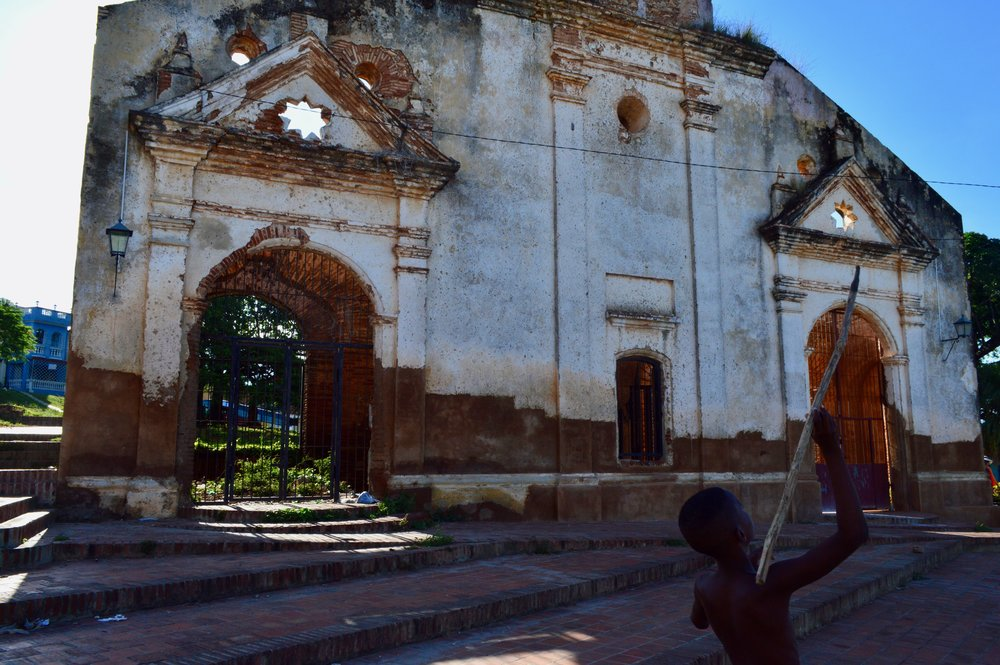 Trinidad- Jugando en las ruinas.jpg