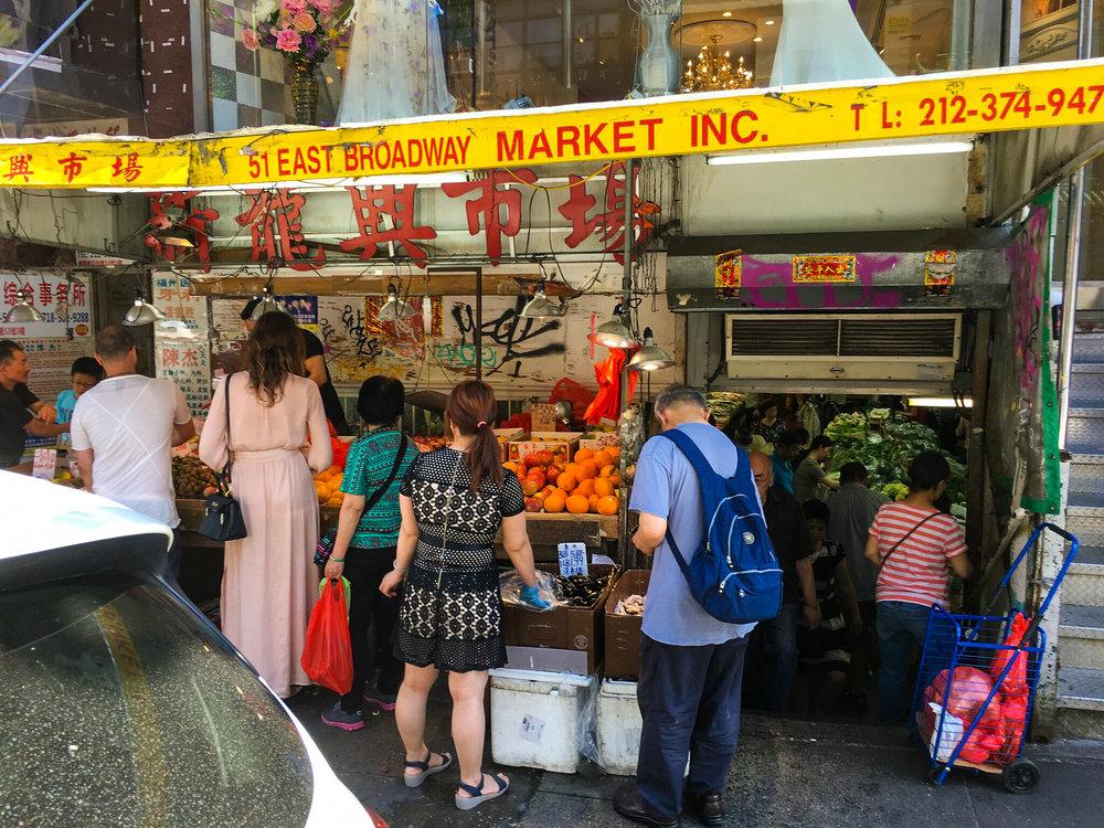 Chinatown, per esempio, è molto più di una semplice canal street. esplorare i mercati locali per mangiare cibo cinese autentico come fanno i newyorkesi. foto: lucas compan